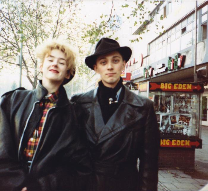 Muriel Gray og Mark Reeder i Berlin (billede fra filmen).
